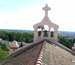 Toit de la chapelle des Auxiliaires du Sacerdoce dédiée à Jésus Prêtre