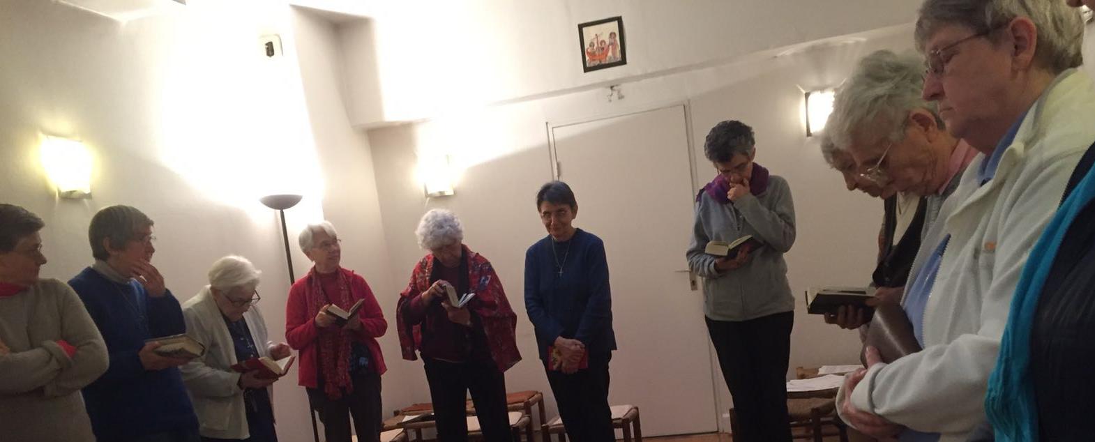 Prière de l'office des vêpres, communauté des auxiliaires du Sacerdoce